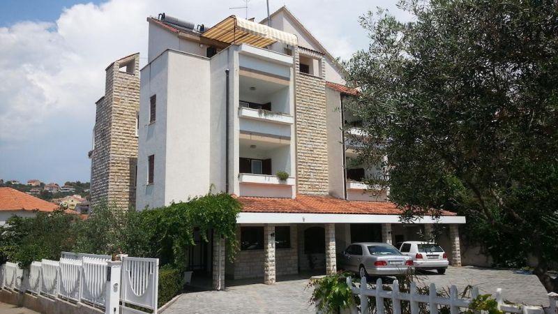 Apartments Vojin. Situati a soli 1,5 km dal centro storico di Trogir (Traù) e ad appena 150 metri dalla spiaggia sabbiosa più vicina, questi appartamenti climatizzati includono un balcone privato.