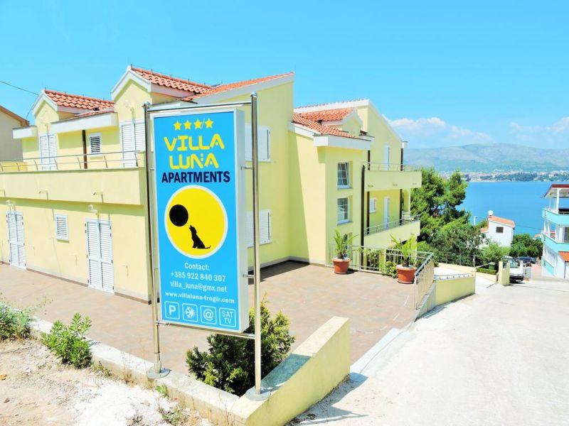 Villa Luna offre un giardino e sistemazioni con cucina a Trogir. La connessione WiFi è gratuita.