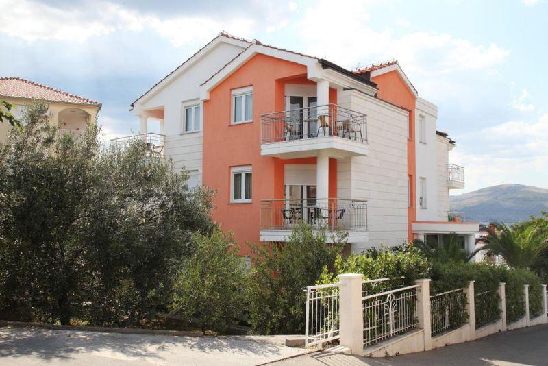 Situata a solo 150 metri dalla spiaggia e a 3,5 km dal centro storico di Trogir (Traù), Villa Mihaela offre la connessione Wi-Fi gratuita e appartamenti climatizzati con balcone privato e TV satellitare.