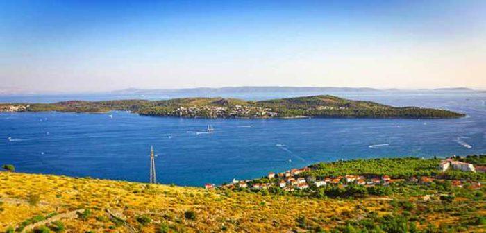 Ciovo è Un'isola Situata In Dalmazia Centrale, Collegata Con La Città Di Trogir Con Un Ponte Levatoio