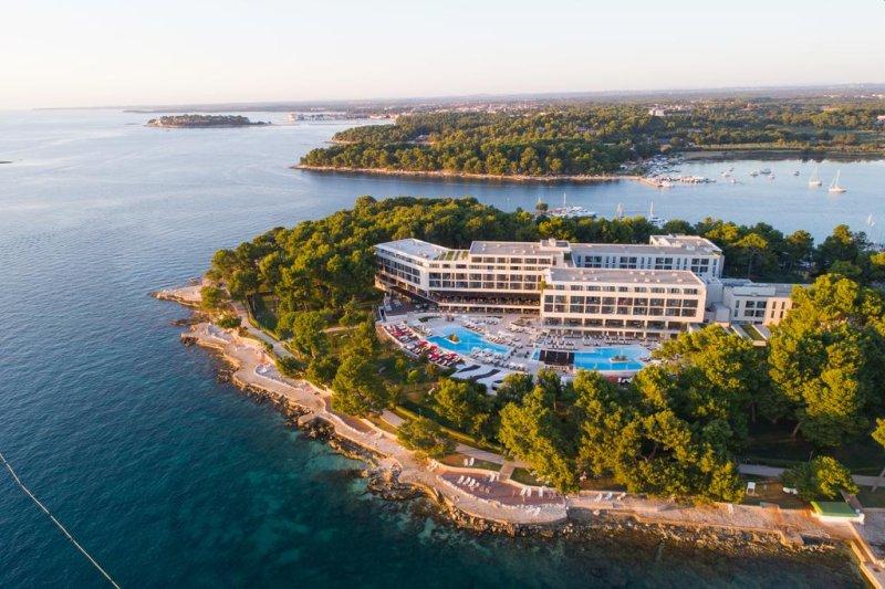 Situato a soli 50 metri dalla spiaggia di Poreč (Parenzo in italiano), l'Hotel Parentium Plava Laguna vanta un centro benessere con 6 vasche idromassaggio, una piscina coperta e 2 piscine all'aperto.