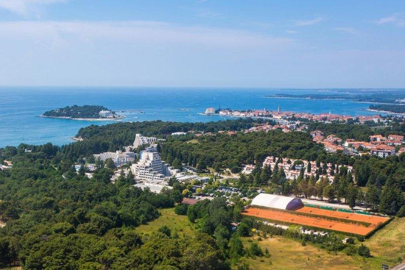 Situato ad appena 5 minuti a piedi dalla spiaggia, in una posizione tranquilla nel mezzo della pineta, questo hotel presenta una piscina interna ed esterna, e numerosi impianti sportivi.