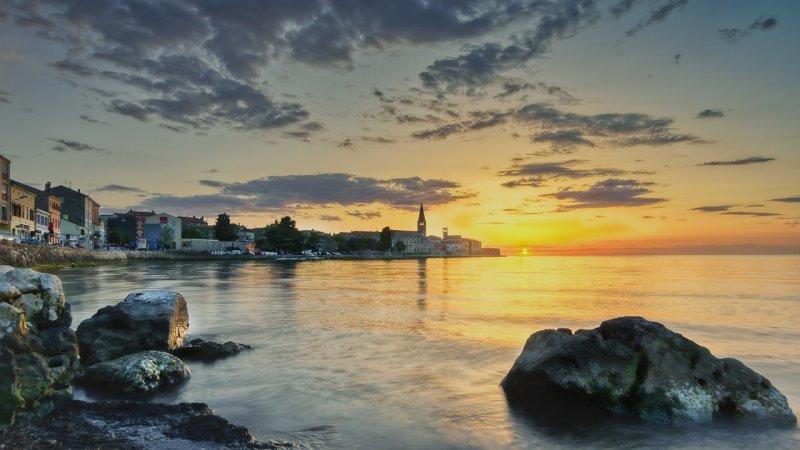 Parenzo vi offre delle spiagge molto equipaggiate per le vostre vacanze, Parenzo ha molti alberghi, hotel appartamenti