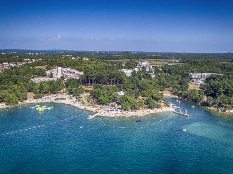 Situato a Poreč (Parenzo in italiano), a 200 metri da spiagge ghiaiose, il Valamar Crystal Hotel offre una piscina all'aperto, un programma d'intrattenimento e la connessione WiFi gratuita nella hall.