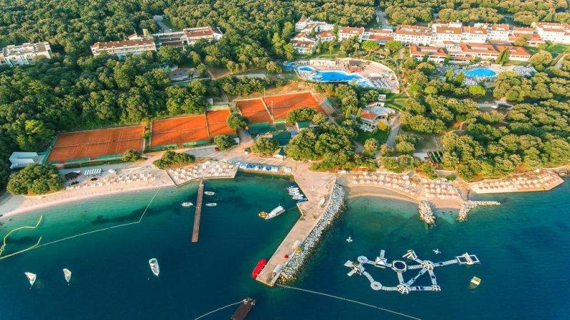 Situato a pochi passi da 5 diversi tipi di spiaggia sulla verde penisola di Lanterna, il Valamar Tamaris Resort vanta piscine all'aperto, vari ristoranti, una ricca offerta sportiva e di intrattenimento