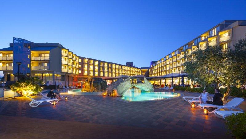 Di fronte all'Aminess Maestral Hotel troverete lettini e ombrelloni e avrete a disposizione anche una spiaggia