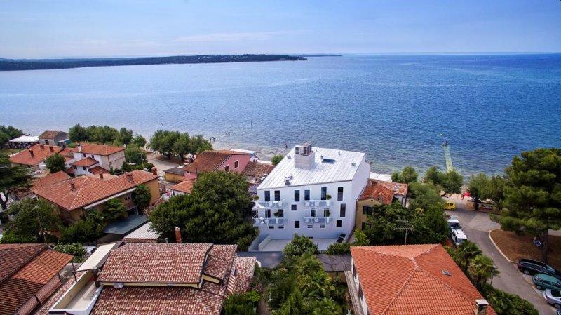 Boutique Hotel Rivalmare ha sede a Novigrad Istria (Cittanova in italiano), proprio accanto a una spiaggia.