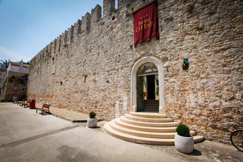 Situato nella zona medievale di Novigrad, in prossimità del porto turistico e della spiaggia, l'Hotel Cittar offre camere climatizzate con WiFi gratuito,