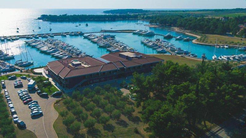 Hotel Nautica offre camere e suite con TV LCD, bagni in mosaico, vista sul mare e sul centro storico di Novigrad