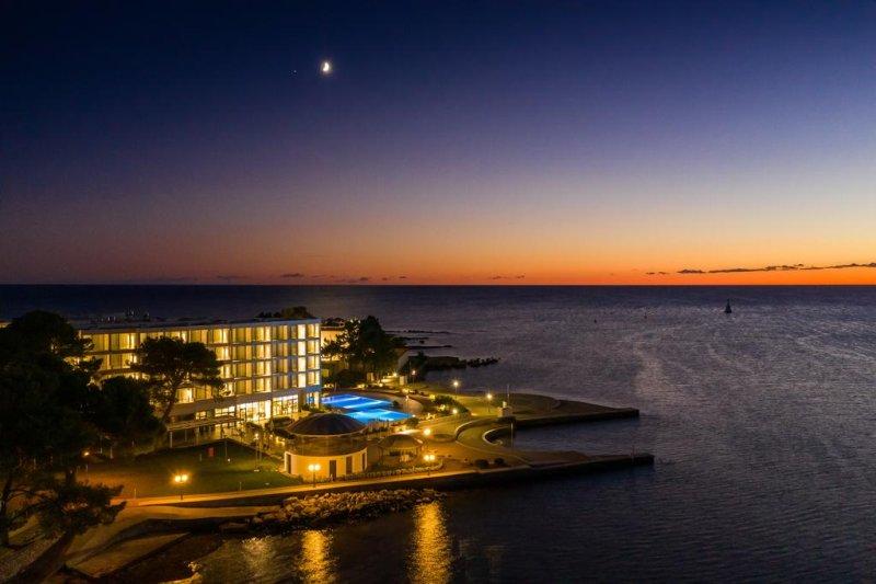Struttura fronte spiaggia ristrutturata nel 2017 e situata nella tranquilla località di Punta, a circa 1 km dal centro di Umag (Umago), il Sol Sipar offre piscine all'aperto, un ristorante, un bar della hall e la connessione WiFi gratuita in tutte le aree.