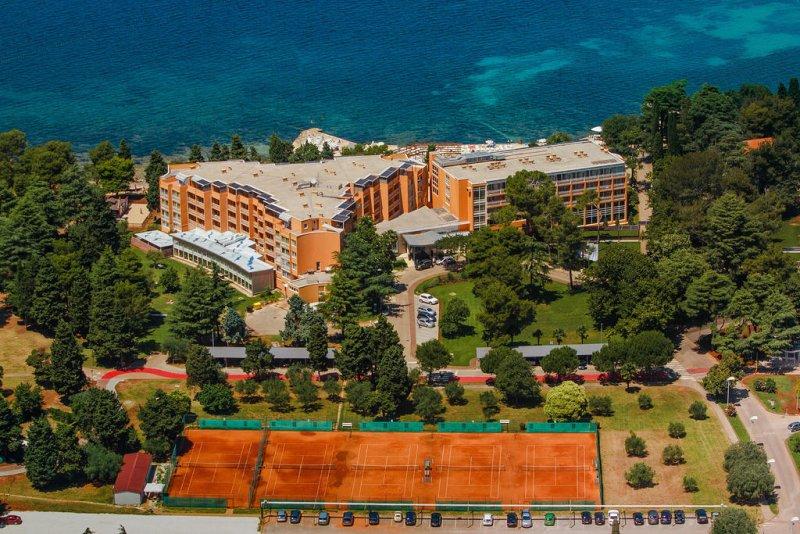 Situato lungo la spiaggia, a solo 1 km dal centro città, l'Hotel Sol Umag presenta camere moderne ed eleganti con aria condizionata e magnifica vista sul mare, un centro benessere e vari ristoranti.