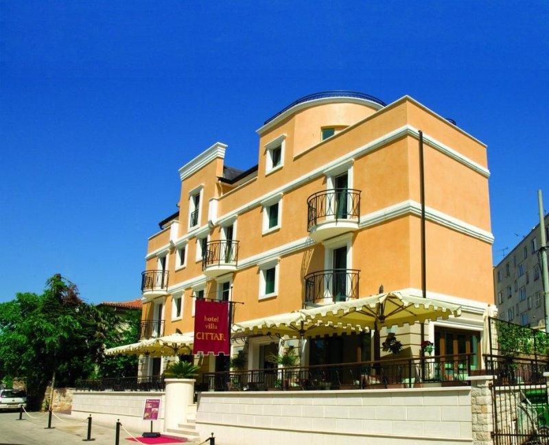 Il confortevole hotel a conduzione familiare Villa Cittar sorge nel centro storico di Novigrad, a pochi metri dalla spiaggia e dal porto turistico.