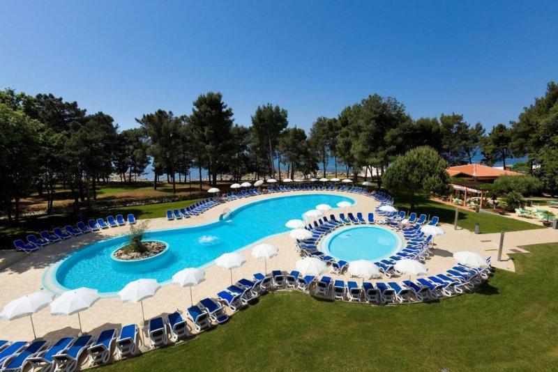 Situato in una splendida posizione sul mare nella località di Katoro, a soli 2,5 km dal centro di Umag (Umago), l'ecosostenibile Hotel Sol Aurora vanta un facile accesso alla spiaggia lastricata.