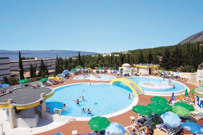 Situato a 150 metri dalla spiaggia più vicina e a 10 minuti a piedi dalla famosa Zlatni Rat, il Bluesun Hotel Bonaca offre un servizio all inclusive con 5 pasti e spuntini, e fornisce gratuitamente il noleggio biciclette,