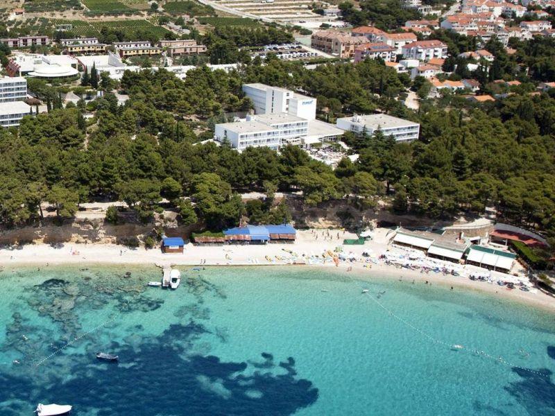 Immerso in una lussureggiante vegetazione mediterranea, il Bluesun Hotel Borak dista solo 50 metri da una spiaggia di ciottoli e ospita un ristorante, una piscina all'aperto con terrazza solarium