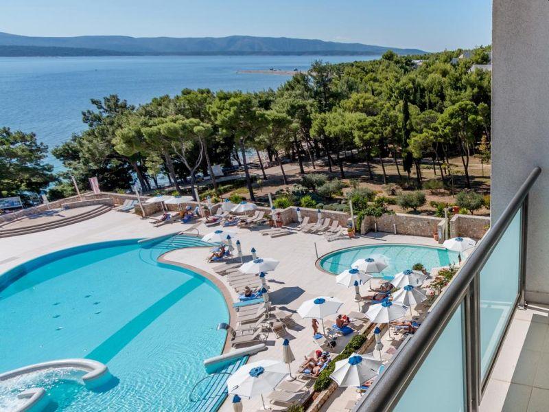 Situato a 50 metri dal mare e a pochi passi dalla rinomata spiaggia di Zlatni Rat e dal centro di Bol, il Bluesun Hotel Elaphusa vanta il centro fitness e benessere più grande dell'Isola di Brac