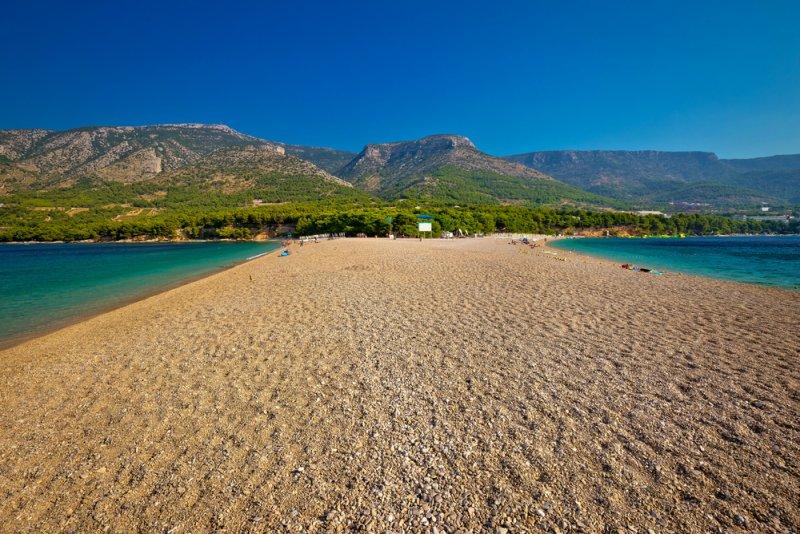 La spiaggia Zlatni rat è contornata da una pineta con fontanella e self-service, vicino alla quale si possono trovare dei resti di una villa romana, compresa un'antica piscina.