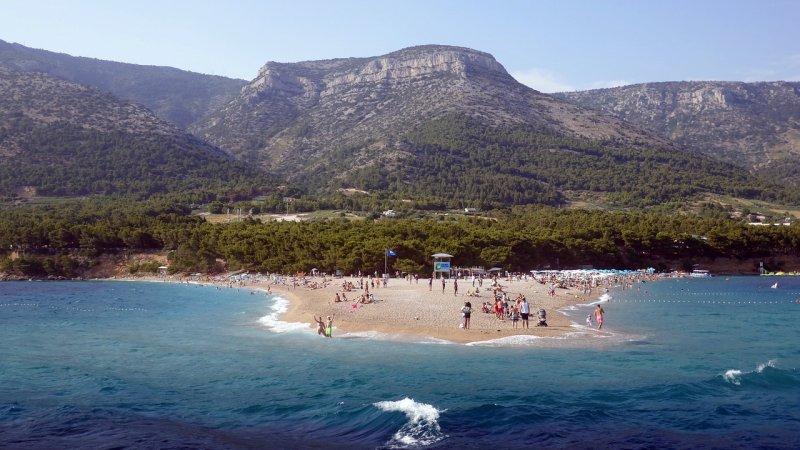 Zlatni Rat (Corno d'oro in italiano) è una spiaggia di sassi che si allunga per circa 500 metri su un promontorio vicino a Bol