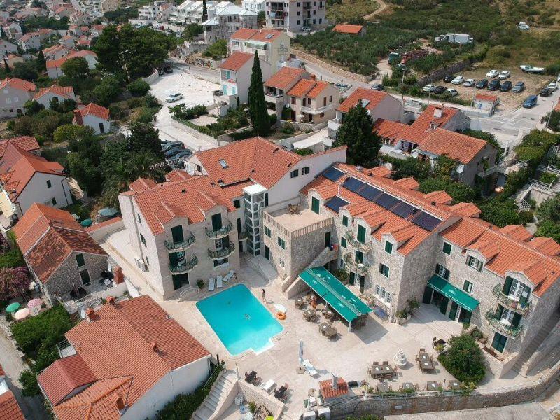 Magnifico hotel spa di 4 piani posto nel centro di Bol, sull'isola di Brač (Brazza in italiano), al centro della Dalmazia