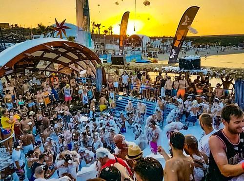 Zrce è famosa come la destinazione delle feste 24 ore su 24 per i giovani.