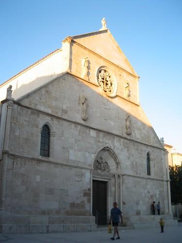 Pag, il rosone sulla facciata della chiesa fa eco ai motivi trovati nel merletto di Pag.
