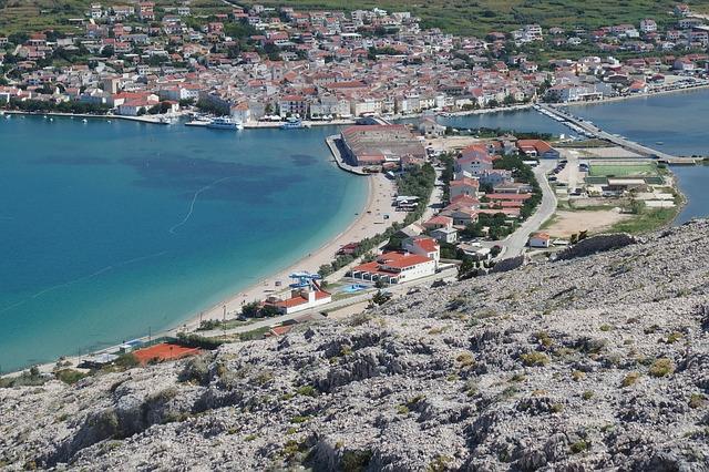 Il clima sull'isola di Pag (Pago) è mediterraneo, la maggior parte dell'isola è terreno roccioso, mentre una parte più piccola è coperta da macchia mediterranea.