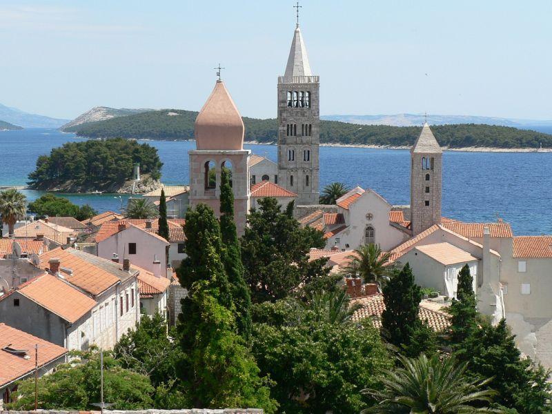La città di Arbe ha ricevuto molti riconoscimenti come miglior località turistica dell'Adriatico.