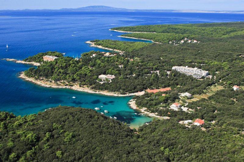 Circondato da una pineta e situato vicino alla spiaggia, sulla penisola di Kalifront, sull'Isola di Rab (Arbe), l'Eva Sunny Hotel & Residence by Valamar offre camere confortevoli con balconi e un parcheggio privato gratuito.