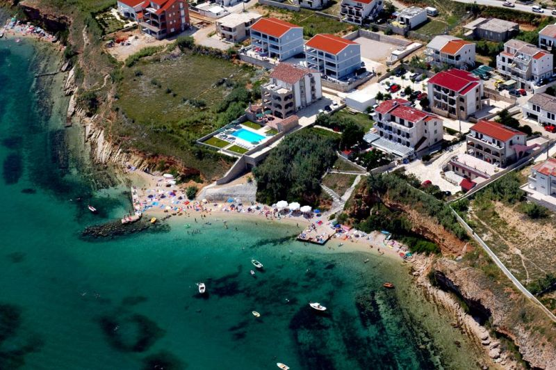 Situato a pochi passi dalla spiaggia, questo piccolo hotel a 3 stelle a conduzione familiare dista 2,5 km dalla storica città vecchia di Pago, facilmente raggiungibile a piedi, e 20 km dalla famosa spiaggia di Zrce