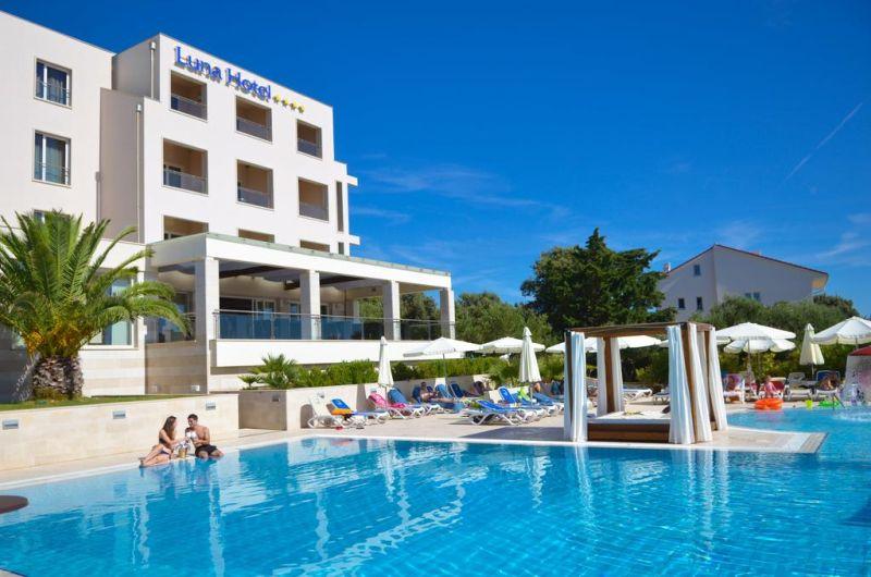 Dotata di una tranquilla spiaggia privata con vista sulle isole circostanti, La Luna Hotel è situata nel villaggio di Jakišnica, sull'isola di Pag