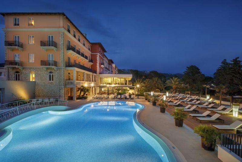 Situato a 5 minuti a piedi dal centro di Rab (Arbe in italiano), il Valamar Collection Imperial Hotel - Designed for Adults offre una vista sul centro storico di Rab, varie piscine, un centro benessere, 2 ristoranti e la connessione WiFi gratuita in tutte le aree.