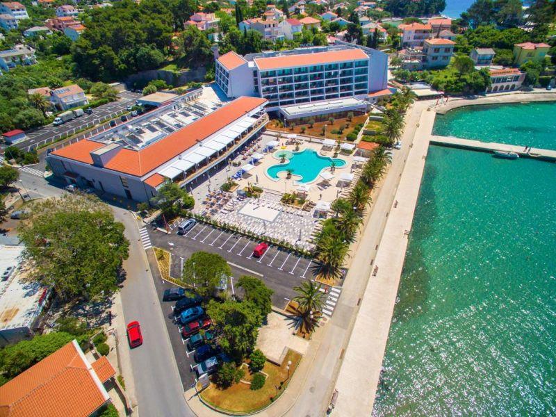 Dotato di una piscina all'aperto, il Valamar Padova Hotel è situato direttamente sul mare nella Baia di Prva Padova, a 20 minuti a piedi o 5 minuti di barca dal centro storico di Rab (Arbe) e a 200 metri da una spiaggia sabbiosa.