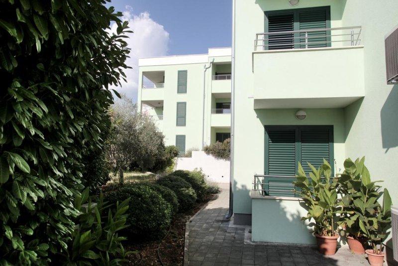 Situata a 150 metri dalla spiaggia, Villa Delta offre appartamenti climatizzati con balcone e connessione Wi-Fi