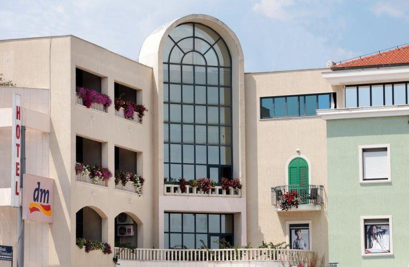 Hotel Bellevue Trogir. Affacciato sul centro storico di Trogir (Traù) e sulle isole circostanti, l'Aparthotel Bellevue Trogir si trova a 100 metri dal mare e offre il WiFi gratuito e una colazione continentale.