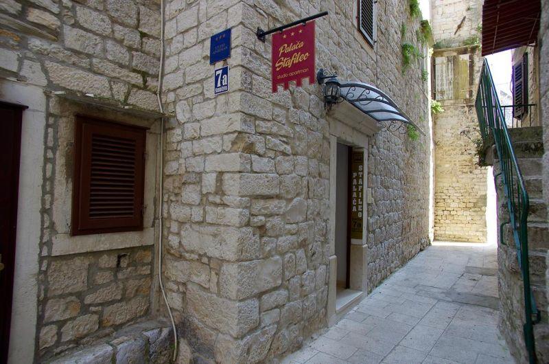 A soli 20 metri dalla piazza principale di Trogir, lo Stafileo Palace offre sistemazioni in un palazzo protetto risalente al 15° secolo. Poste attorno a un cortile interno, le camere dispongono dell'aria condizionata e di un angolo cottura.