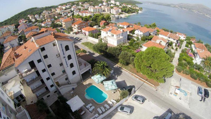 Ubicata nelle immediate vicinanze della spiaggia e a pochi chilometri dalla cittadina di Trogir (Traù), dichiarata Patrimonio dell'Umanità dall'UNESCO, la Villa Katarina vanta il WiFi gratuito, un parcheggio privato gratuito e camere dal design elegante con aria condizionata.