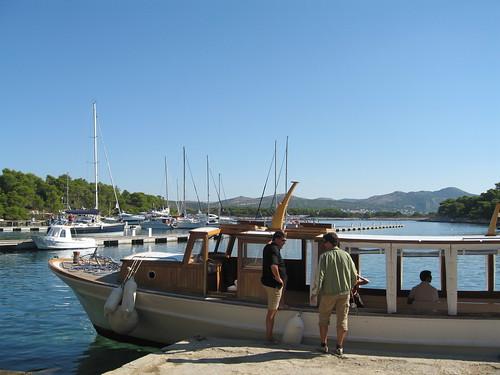 Numerosi operatori navali organizzano gite di un giorno e offrono anche servizi di taxi per le isole