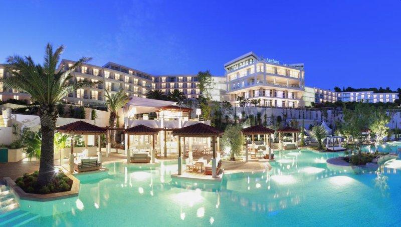 Situato in una baia appartata, il lussuoso Amfora Hvar Grand Beach Resort vi accoglie vicino a una spiaggia e sfoggia una piscina multilivello e la vista sul mare, il tutto a soli 10 minuti a piedi dal centro di Hvar (Lesina).