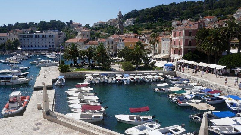 Un tempo importante porto navale veneziano nel Medioevo, la città di Hvar offre molte opzioni di alloggio se si desidera soggiornare per alcuni giorni.