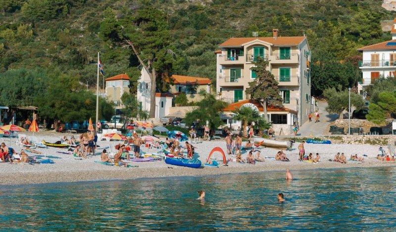 Ubicato presso la spiaggia del villaggio di Milna, a 5 km dal centro di Hvar, l'Hotel Fortuna dispone di un bar e un ristorante sul posto, e offre camere luminose, arredate con colori vivaci