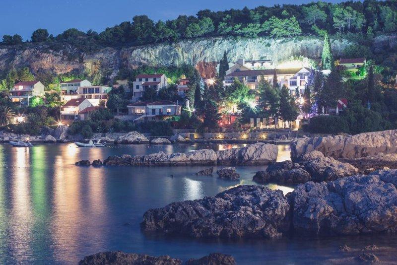 Situato in una baia tranquilla e appartata con spiaggia privata circondata da palme e pini, l'Hotel Podstine offre un centro immersioni, un centro spa e benessere, una piscina all'aperto