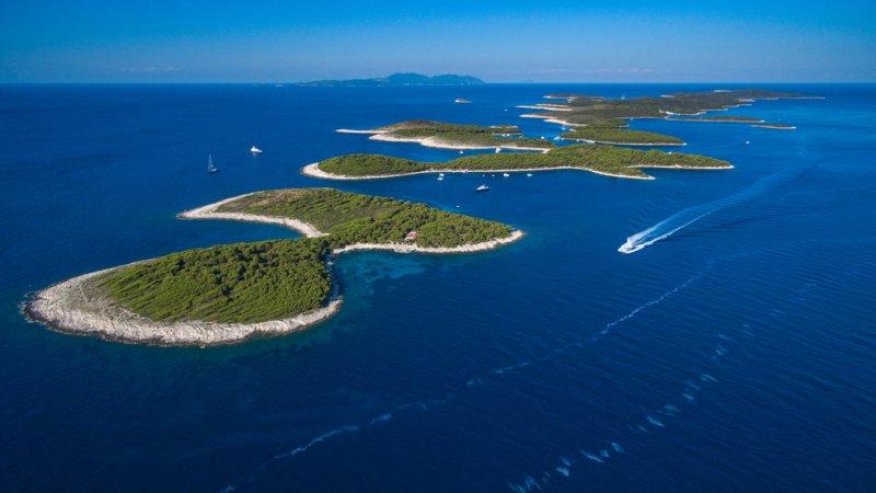 Le spiagge intorno alla città di Hvar non sono niente di speciale e tendono ad essere sovraffollate in estate. Una scommessa migliore è una visita alle Isole Pakleni
