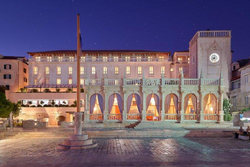 Circondato dalla Cattedrale di Santo Stefano e dal famoso Teatro di Hvar, in uno splendido scenario architettonico gotico e rinascimentale, il Palace Elisabeth, Hvar Heritage Hotel è il più antico hotel di Hvar