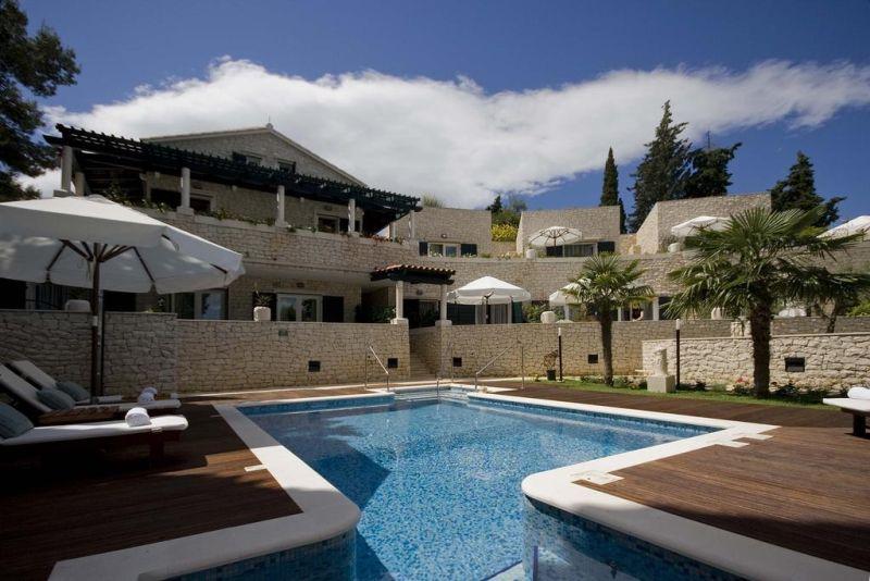 A breve distanza dal mare, l'Hotel Bracka Perla sorge nella baia di Vela Luka a Supetar, sulla pittoresca isola di Brac