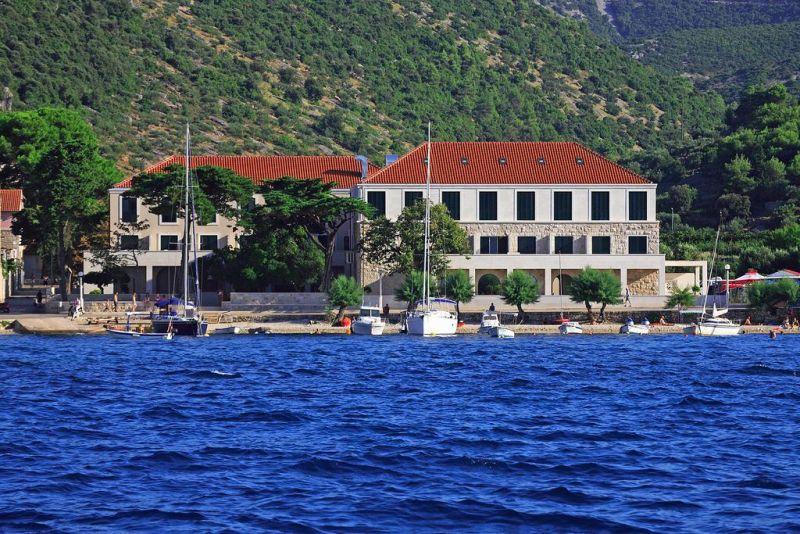Situato in un'incantevole posizione a pochi passi dal mare, nel centro di Postira, l'Hotel Lipa offre spaziose camere provviste di connessione internet gratuita