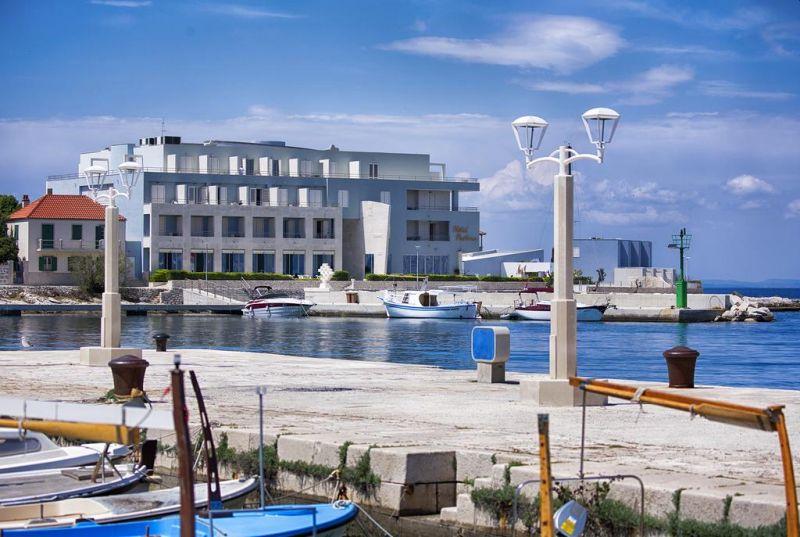 Adagiato sulla spiaggia di Postira, sull'isola di Brazza, l'Hotel Pastura sorge nei pressi del centro del villaggio
