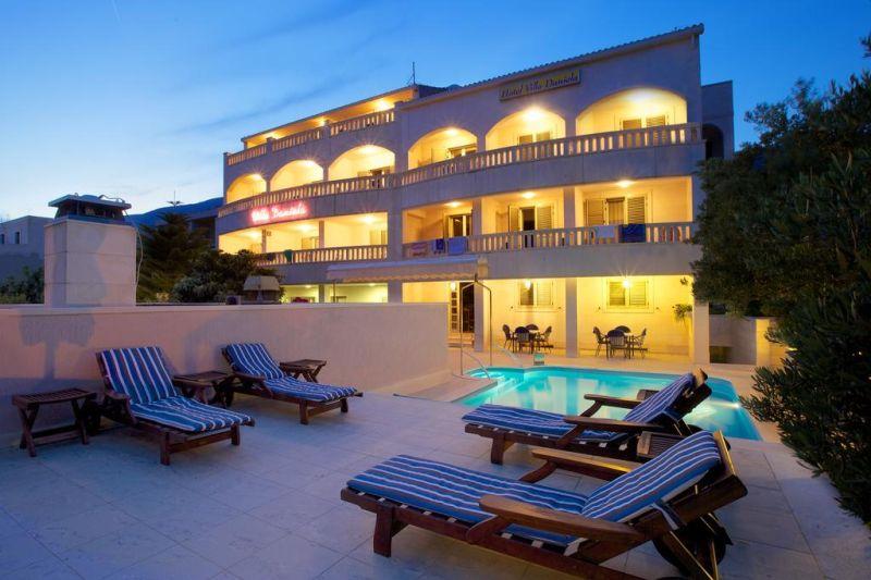 Hotel Villa Daniela. Quest'hotel a conduzione familiare è situato nei pressi dell'antica città di Vallo nell'isola di Brazza e vi offre eccellenti attrezzature a un prezzo vantaggioso.