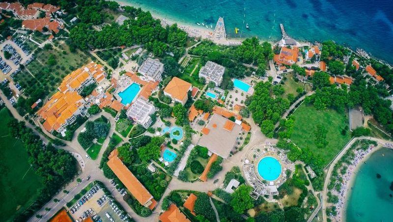Il Waterman Svpetrvs Resort di Supetar, sull'isola di Brac, è un tranquillo resort turistico con una piacevole atmosfera mediterranea, situato direttamente sulla spiaggia e circondato da una rigogliosa vegetazione.